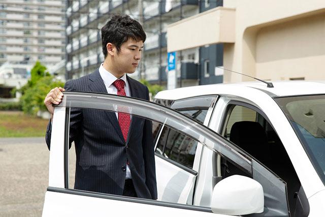 お客様の元へは社用車で訪問します