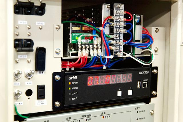 メンテナンス中の地震検知機器